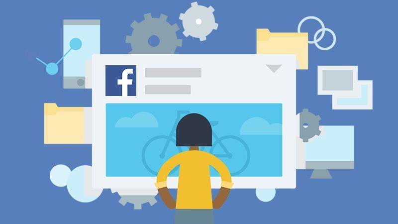 Mujer con camisa amarilla mirando página de fans de Facebook