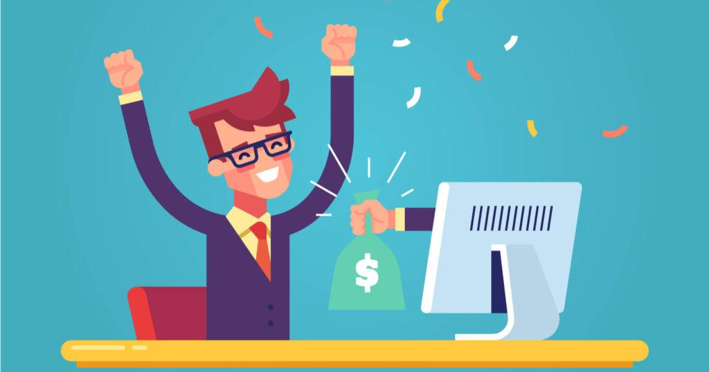 Hombre vestido de traje feliz por haber recibido su pago online